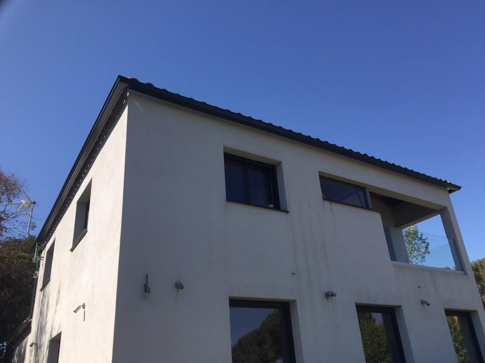 Goutti res aluminium laqu teinte ardoise 7016 pour cette for Teinte facade maison